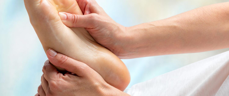 Personne douleur au pied syndrome morton massage reflexologie